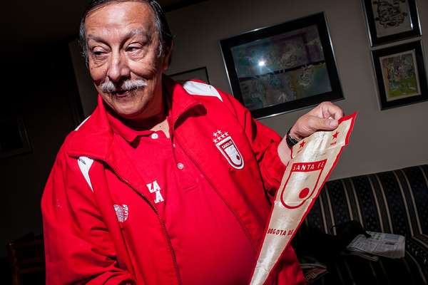 En su colección se encuentran más de 20 camisetas de Santa Fe. Las más valiosas para él son las del campeonato del 66 y la final de la Copa Conmebol del 96.