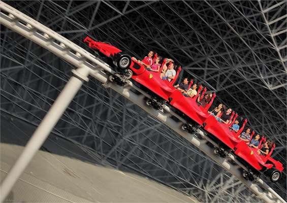Formula Rossa, Dubai - Inaugurada em 2010 no Ferrari World de Dubai, parque temático da famosa marca de carros italiana, a Formula Rossa é a montanha-russa mais veloz do planeta. Após 4,5 segundos, o brinquedo atinge uma velocidade máxima de 240 km/h, simulando um carro de Fórmula 1