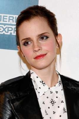 A atriz Emma Watson apostou na tendência das sobrancelhas marcadas