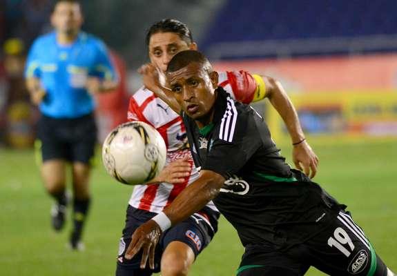 Farid Díaz de Atlético Nacional disputa el balón con Giovanni Hernández del Junior de Barranquilla.