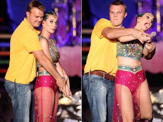 Katy Perry nunca se imaginó que por dejarse seducir por los encantos del jugador de cricket, Doug Bollinger, quien subió a la tarima para enseñarle como batear, cuando ella realizaba su performance en la ceremonia de apertura de la Liga Premier de Cricket en la India, iba a resultar con una denuncia por obscena y lasciva, incitando un interés sexual.