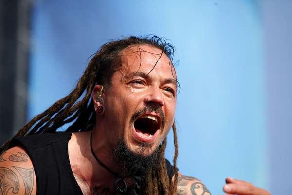 La voz de Tomi Joutsen acompañado de Esa Holopainen, Tomi Koivusaari, Niclas Etelävuori, Santery Kallio y Jan Rechberger.