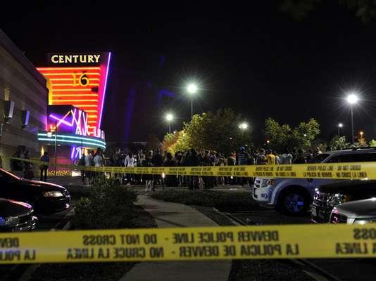 James Holmes, de 24 años, irrumpió esta madrugada en un cine de las afueras de la ciudad estadounidense de Denver, lanzó un bote de humo y disparó al público, causando la muerte de al menos 12 personas y heridas a otras 58.