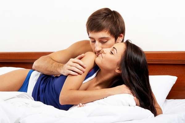 Sim, sexo precisa ter encaixe. Que tipo de encaixe? Sabe aquele cara bonitão, com papo legal e que na hora H simplesmente não dá certo? Esse encaixe. Claro que outros fatores também contribuem para que uma relação seja gostosa ou decepcionante, mas as posições sexuais influenciam (e muito!) no prazer feminino. Sem dúvida, as preferencias podem variar de uma pessoa para outra. Por isso, o Terra conversou com algumas mulheres e perguntou as posições que elas mais gostam