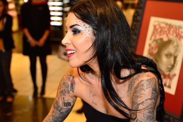 A famosa tatuadora Kat Von D, conhecida pelo extinto programa Miami Ink, divulgou sua linha de maquiagem na Sephora de San Francisco, Califórnia, na quinta-feira (19)