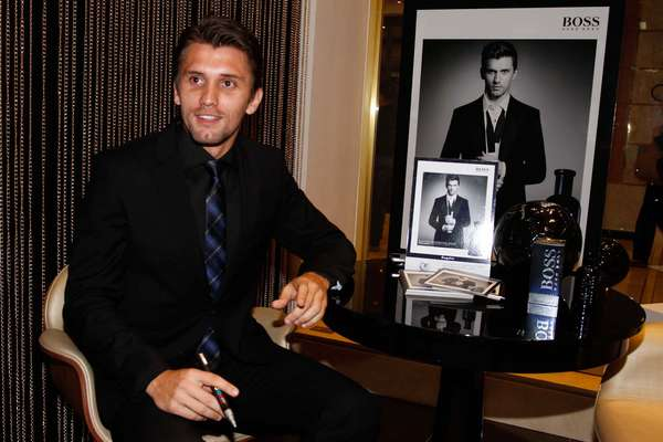 O zagueiro do Corinthians Paulo André, foi escolhido como o garoto-propaganda da nova linha de perfumes da Hugo Boss, BOSS BOTTLED.NIGHT, para a América Latina