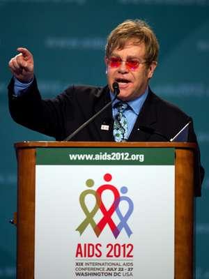 """Elton John durante su intervención en la conferencia internacional SIDA 2012, que se realiza en Washington D.C., dijo que la lucha contra el SIDA en países en vías de desarrollo son fruto del amor y la compasión hacia el prójimo. """"Quizás piensen que se me ha ido la cabeza. Ante 7.000 expertos en el ámbito sanitario digo que se puede acabar con el SIDA con amor"""", afirmó el músico."""