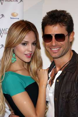 The 'Amores Verdaderos' cast congregated in a mass at Studio 8 to celebrate the first day of filming. Eiza Gonzalez and Sebastian Rulli will have a love-hate relationship that will deliver intense acting scenes.