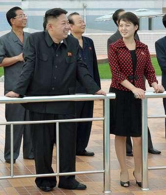 El dirigente norcoreano Kim Jong-un está casado y su esposa se llama Ri Sol-ju, informó la televisión estatal de Corea del Norte, citada este miércoles por el ministerio surcoreano de la Unificación. (Textos: Reuters)