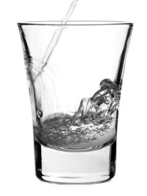 Aguardente, cachaça e pinga: é tudo a mesma coisa? A história não é bem assim e a diferença entre elas não está simplesmente na nomenclatura que carregam. A aguardente de cana de açúcar, muitas vezes, recebe o nome de cachaça erroneamente. O que difere as duas bebidas é basicamente o nível de graduação alcoólica, que é definido na hora da destilação. No entanto, o processo de fermentação das bebidas é o mesmo