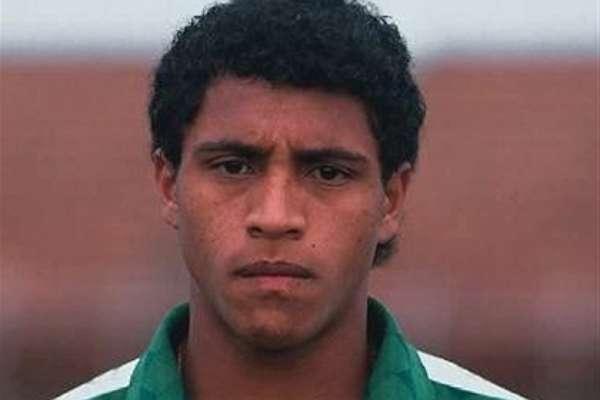 Roberto Carlos debutó profesionalmente en el Unión San Joao de Brasil en 1990. Jugó con ese club 90 partidos y metió 15 goles. Pasa en 1992 al Atlético Mineiro donde permanece un año y llega al Palmeiras donde juega de 1993 a 1995 y juega 67 partidos y mete seis goles. Con Palmeiras ganó dos campeonatos del Brasileirao.