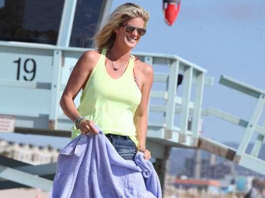 La modelo y actriz Rachel Hunter llegó a una playa en Los Ángeles para disfrutar del sol y del mar.