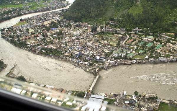 El ejército y la policía buscan sobrevivientes o cadáveres entre los escombros de viviendas destruidas en el norte de la India por las lluvias torrenciales que han dejado por lo menos 26 muertos, afirmó el domingo un funcionario.