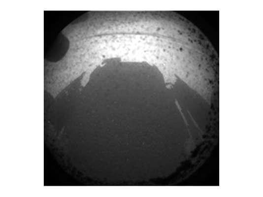 La misión costó 2.500 millones de dólares y el Curiosity, que pesa una tonelada y tiene el tamaño de un Mini Cooper, estuvo 8 meses viajando para llegar a Marte. Esta es la primera imagen que envió el vehículo, instantes luego del aterrizaje marciano.
