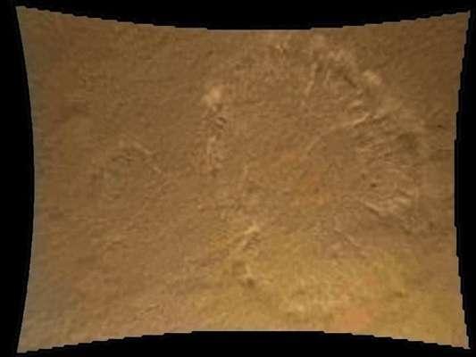 El robot explorador Curiosity se posó ayer con éxito sobre la superficie de Marte, donde durante los próximos dos años investigará si alguna vez hubo vida o podrá haberla en el Planeta Rojo. Y hoy comenzaron a llegar las primeras fotos a todo color del planeta.