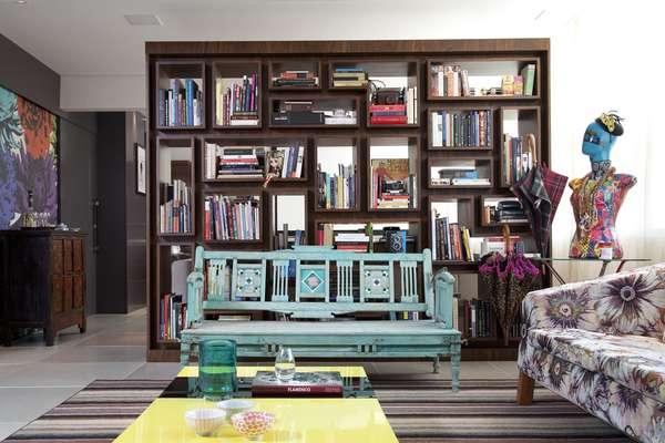 Mesmo mantendo o clássico padrão de linhas retas é possível fazer estantes originais. Nesta, da Blanco Design, o destaque são as divisórias de diversos tamanhos