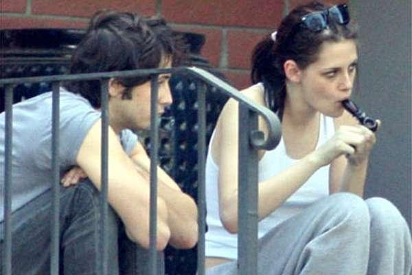 Kristen Stewart. La actriz de la saga 'Crepúsculo' no es solo conocida por su papel de 'Bella Swan', en estas películas, y sus escándalos amorosos ya que hace tiempo fue vista fumando esta sustancia junto a un amigo.