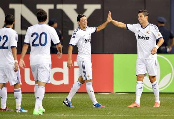 Cristiano, Özil, Di María e Higuaín celebran uno de los cinco tantos merengues ante los Rossoneri.