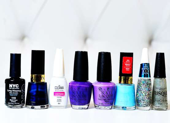Para fazer as unhas com efeito 'Galaxy', você vai precisar dos esmaltes Black, da NY Color; Midnight Affair, da Revlon; Pétala Branca, da Colorama; Funk Dunkley, da O.P.I.; Grape Fitti, da O.P.I.; Blue Lagoon, da Revlon; Disco Ball, da Impala e Star, da coleção Isabeli Fontana, da Risqué