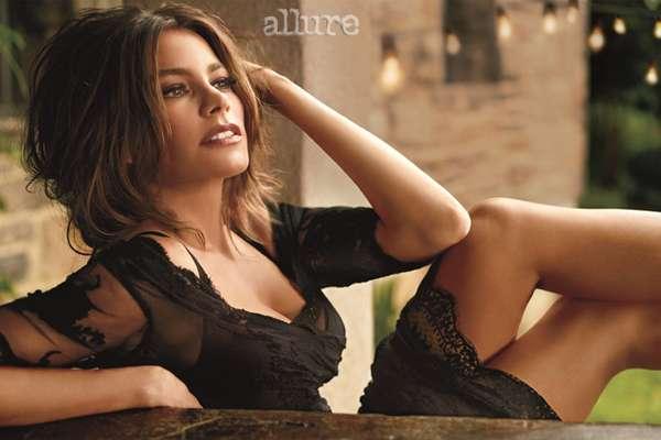 A atriz Sofia Vergara, da série Modern Family, mostra que está em plena forma na nova edição da revista Allure, para a qual concedeu uma entrevista e fez um ensaio em poses sensuais
