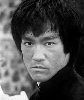 Mientras filmaba 'Juego con la muerte' Bruce Lee murió mientras dormía. Todo comenzó cuando el actor se quejó de un fuerte dolor en la cabeza y ya no despertó.