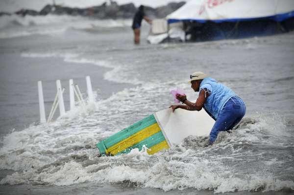 La tormenta tropical Ernesto tocó tierra el jueves cerca de la ciudad porteña de Coatzacoalcos y se internó en territorio mexicano mientras empapaba el sur del país, una región propensa a las inundaciones.El meteoro avanzó por el sur del Golfo de México durante la noche, en aguas con abundantes plataformas petroleras operadas por la paraestatal Petróleos Mexicanos (Pemex), después de haber vertido lluvias en la península de Yucatán sin causar daños graves.