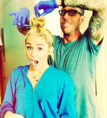 La cantante Miley Cyrus se ha cortado el pelo y lo ha 'tuiteado' en directo a través de su perfil. Ha potenciado su corlo rubio y se ha quitado su inseparable novio.