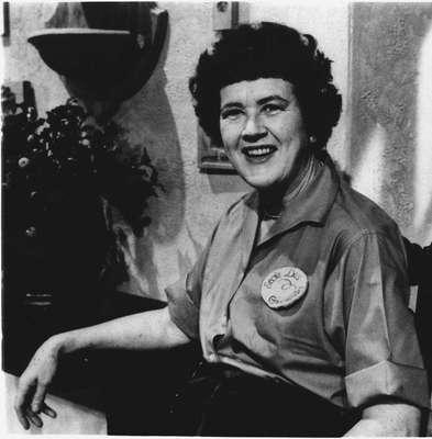 """Julia Child poderia ter sido apenas mais uma apresentadora de programa de culinária. Mas foi com seu jeito original e bem humorado, saudando sua audiência com um largo sorriso e um sonoro """"Bon Appétit"""", que ela conquistou de """"simples mortais"""", ávidos por aprender a cozinhar, a célebres nomes da gastronomia mundial. Neste dia 15 de agosto, Julia completaria 100 anos de idade"""