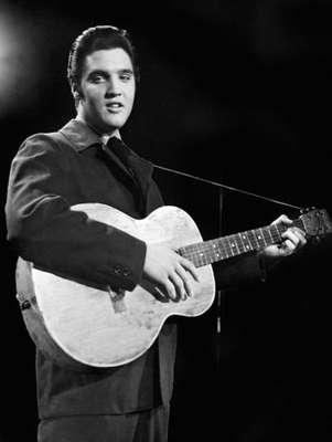 Hace 35 años el mundo se despidió de Elvis Presley, el Rey del rock and roll. Dueño de una voz inconfundible, el cantante estadounidense es considerado un ícono cultural y un desafiador de una época que no admitía innovaciones.