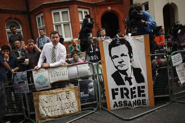 """El fundador del sitio web WikiLeaks, Julian Assange, dijo que la decisión anunciada este jueves por Ecuador de concederle asilo político es una """"victoria importante"""". El activista y periodista está siendo buscado por varios países y por varias razones: una denuncia en su contra por violación y la difusión de su sitio de documentos secretos del Departamento de Defensa y el de Estado de Estados Unidos, lo que generó un escándalo en todo el mundo y puso en aprietos al gobierno del presidente Barack Obama."""