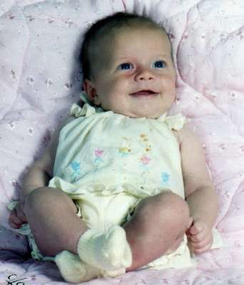 La pequeña antes de ser atacada por el animal. Una niña de 10 años cuyo rostro fue mutilado por un mapache mascota cuando sólo tenía tres meses de edad, se encuentra internada en un hospital de Detroit, Estados Unidos para someterse a una serie de cirugías reconstructivas. En el primer procedimiento realizado a Charlotte Ponce, en el Hospital Beaumont de Royal Oak, los médicos utilizaron la piel de su muñeca para ayudar a reconstruir su nariz.