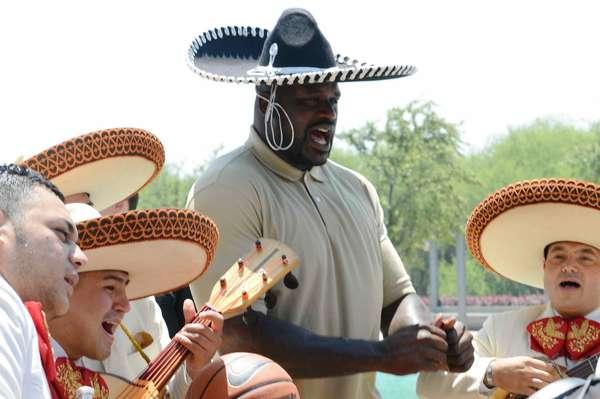 La ciudad de Monterrey, atribulada por la ola delincuencial, recibió la visita de uno de los más grandes jugadores de la historia reciente en el baloncesto profesional, Shaquille O'Neil, quien cumplió una visita relámpago a uno de los sectores más conflictivos de la capital, la colonia Independencia.