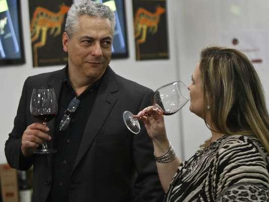 Degustação de vinhos, descontos especiais, palestras, lançamentos, competição, música ao vivo, exposição de arte. Tudo isso está presente na terceira edição do Wine Weekend, em São Paulo, evento acontece no Jockey Club até domingo (19) e reúne mais de 2 mil rótulos. Entre os cerca de 40 expositores estão grandes produtores e importadores