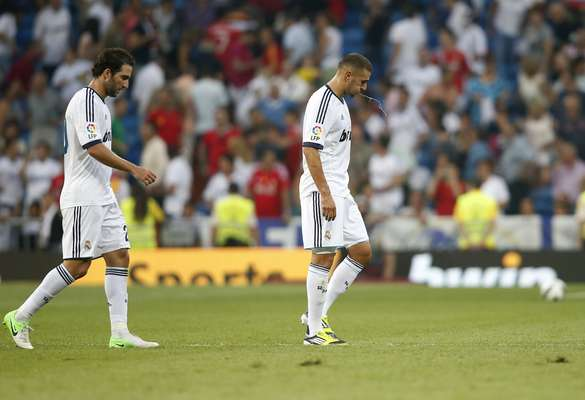 Real Madrid's Gonzalo Higuain (L) and Karim Benzema leave the field after their Spanish first division soccer match against Valencia at the Santiago Bernabeu stadium in Madrid August 19, 2012. Real Madrid started the defence of their La Liga title with a frustrating 1-1 draw at home to Valencia on Sunday, despite dominating the match at the Bernabeu. REUTERS/Juan Medina (SPAIN - Tags: SPORT SOCCER)