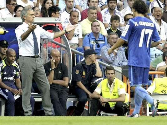 1ª jornada. José Mourinho se dirige a sus jugadores en el partido en el que el Real Madrid no pudo pasar del empate ante el Valencia.