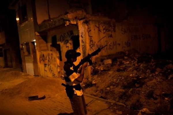 Había mucho movimiento en la favela de Mandela una noche reciente. A la luz de un farol, los clientes elegían de entre varios paquetitos de cocaína en polvo y marihuana que costaban 5, 10 y 25 dólares. Adolescentes con armas semiautomáticas recibían el dinero mientras coqueteaban con muchachas que lucían ropa provocativa, con el ombligo al aire.