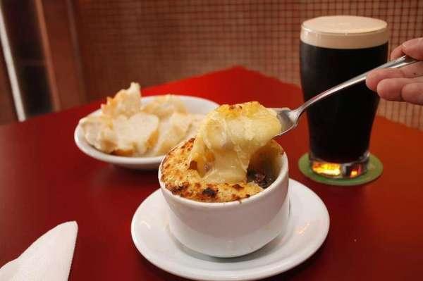 Uma das opções do Bar do Ton é a porção individual de escondidinho de carne seca com uma pint de Guinness