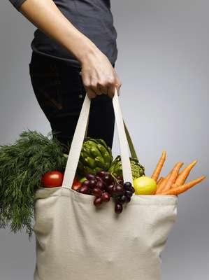 Manter uma alimentação balanceada não é tarefa fácil, mas fazer uma lista de supermercado saudável caber no orçamento é ainda mais complicado