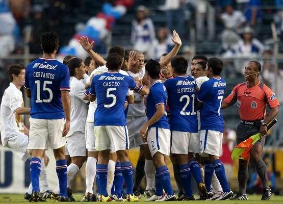 Pumas y Cruz Azul suelen ofrecer grandes partidos, cargados de goles, colorido y mucha pasión. Te presentamos un compendio de instantes memorables.