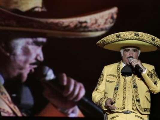 Vicente Fernández se cayó en el escenario por culpa de un fanático ebrio, quien se abalazó sobre él al momento que entonaba uno de sus emblemáticos temas, en un concierto, realizado en Pereira, Colombia.