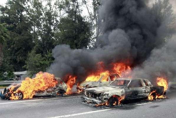 Los narcos en México siguen intimidando a la población civil. Esta vez fue en el Estado de Jalisco, a las afueras de Guadalajara, donde con carros quemados querían bloquear las principales vías de acceso de la ciudad.