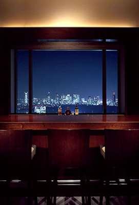 """O bartender Shigeki Yoshida comanda o bar Bellovisto, no Japão; para a competição realizada no Brasil, ele ele criou o drinque """"Fantasia"""", que traz uma mistura de suco de laranja, tequila, abacaxi flambado, cardamomo e coentro"""