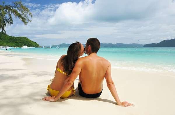 """Viajar é sempre uma ótima opção para relaxar, deixar o stress para trás e esquecer dos problemas. Para um casal, sair da rotina e conhecer novos lugares também revigora a relação, além de ser uma excelente chance de dar uma apimentada na vida a dois. """"A viagem pode esquentar novamente a paixão"""", disse a terapeuta de casais, escritora e presidente da agência de casamento A2Encontros, Cláudya Toledo"""