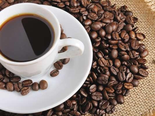 Café (1 xícara): 4,5 calorias (sem açúcar ou adoçante)/ 4,6 calorias (3 gotas de sacarina)/ 24,5 calorias (1 colher de café de açúcar)