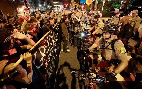 Policías cerraron el tráfico en el centro de Tampa durante la Convención Nacional Republicana, luego de que en la noche del martes decenas de opositores de Mitt Romney se manifestaran a las afueras del lugar.
