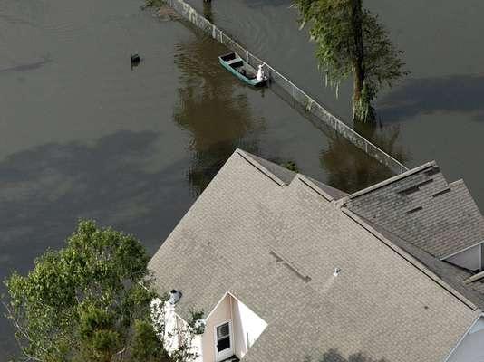 """""""Isaac"""" ha provocado la muerte de siete personas y sigue azotando los estados de Louisiana, donde este viernes casi la mitad de las viviendas y negocios estaban sin luz, y Misisipi, donde una presa amenaza con romperse, lo que ha obligado a ordenar la evacuación de unas 50.000 personas en ambos estados."""