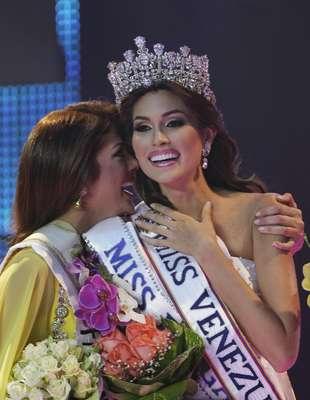 La nueva reina de la belleza venezolana, con una estatura de 1,79 metros y quien lució un vestido blanco ceñido al cuerpo, recibió el título de manos de Irene Sofía Esser, quien en 2011 se coronó como la mujer más linda del país.