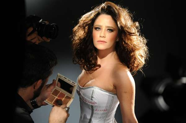 Doze famosos, produzidos por 12 hairstylists diferentes, posaram para o Calendário LOréal 2013 Cabeleireiros Contra Aids. A atriz Fernanda Vasconcellos foi uma delas