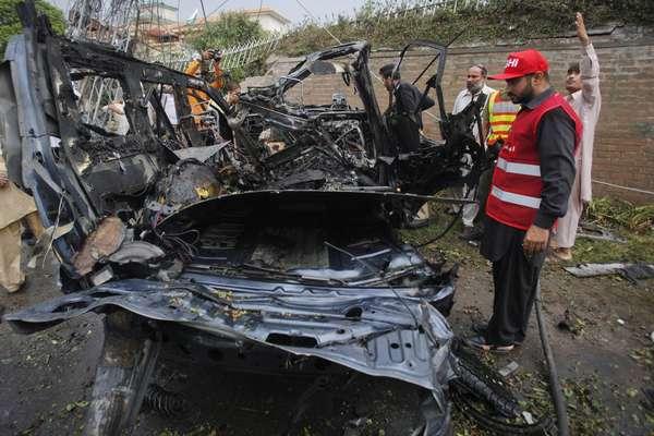 Al menos cuatro personas murieron y 19 más resultaron heridas este lunes a causa un ataque suicida contra un vehículo que salía del consulado de EEUU en la ciudad norteña paquistaní de Pesháwar, informó a Efe una fuente policial.