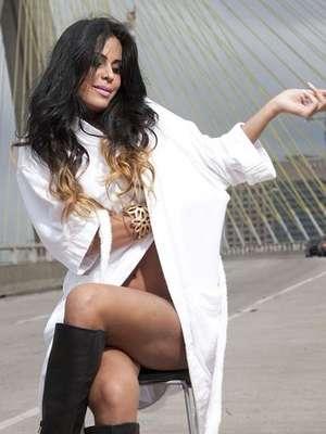 Na última segunda-feira (3), a modelo Lorena Bueri tirou a roupa para fotografar a campanha da marca Maria Louka, em São Paulo
